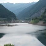 有間ダムの上から上流方向を撮影した写真。
