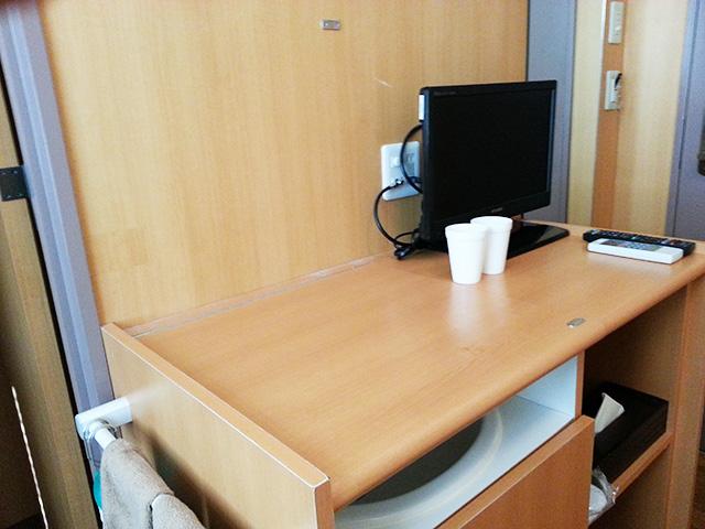 おふろcafe utatane シングルルームのテレビとカウンター