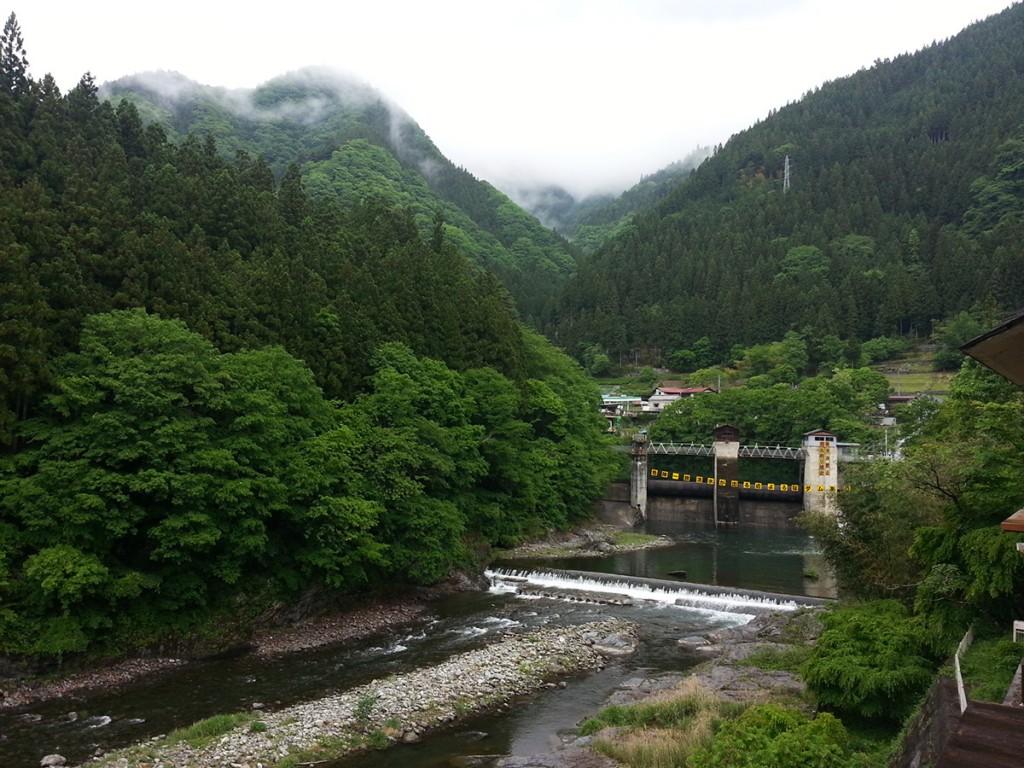 道の駅大滝温泉遊湯館のテラスから荒川上流側の眺め