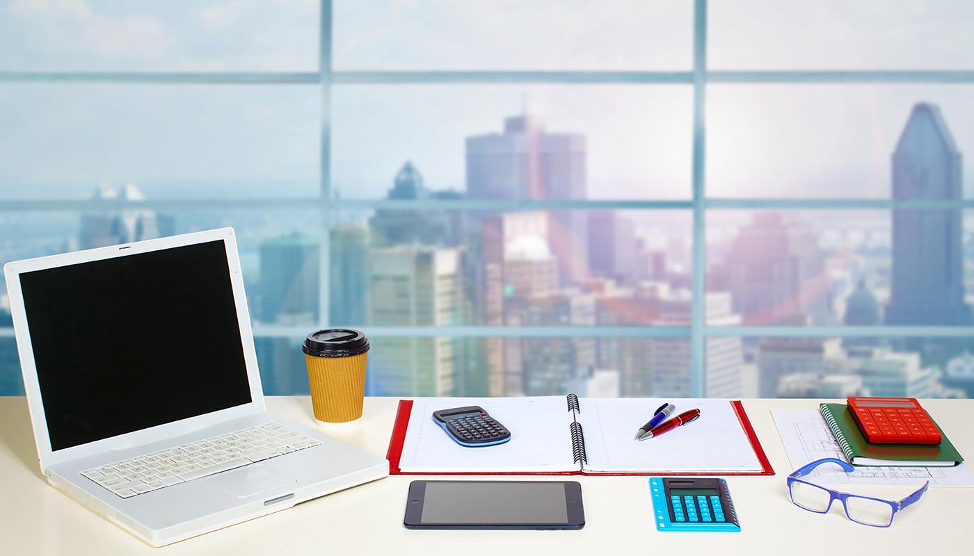 パソコンデスクのあるオフィスからの眺望イメージ