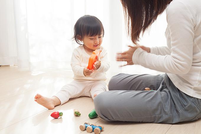母親と遊ぶ赤ちゃんの写真