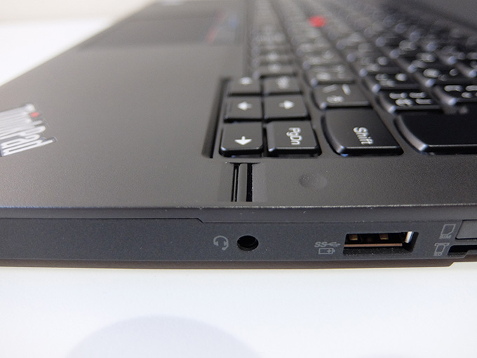ThinkPad X260、指紋センサーと右側面USB端子の写真