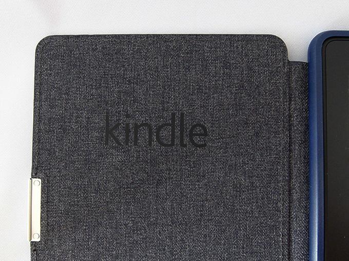 Amazon Kindle Paperwhite用レザーカバー、ミッドナイトブルー (Kindle Paperwhite専用)、裏側にあるKindleの文字