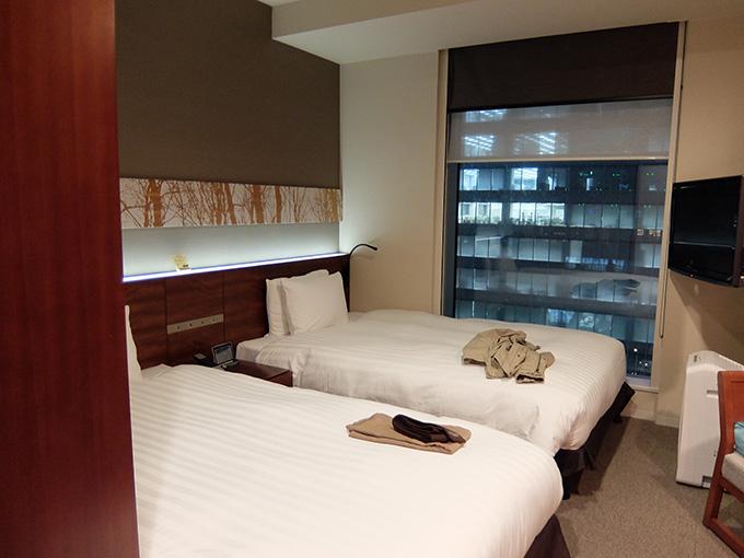 三井ガーデンホテル仙台、ツインルームのロールカーテンを開けた様子
