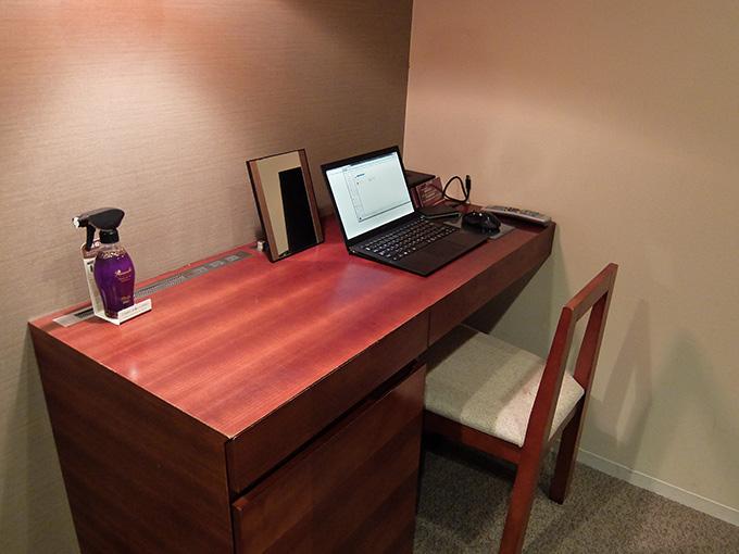 三井ガーデンホテル仙台、デスクにノートパソコンを置いた場面