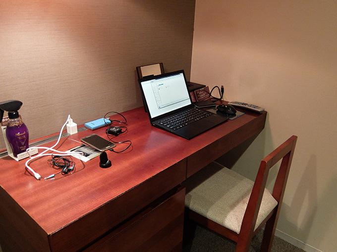 三井ガーデンホテル仙台、デスクにノートパソコンやスマホを置いた写真