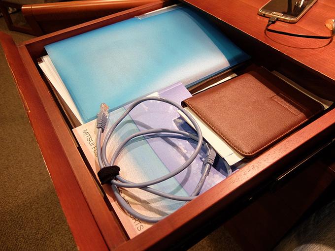 三井ガーデンホテル仙台、デスク引き出しを開けたところにあるLANケーブルの写真