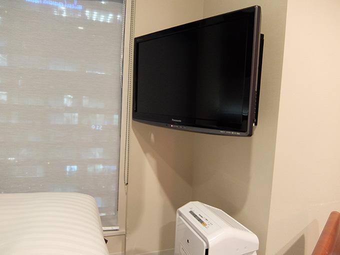 三井ガーデンホテル仙台、壁掛けの液晶テレビと加湿機能付き空気清浄機の写真