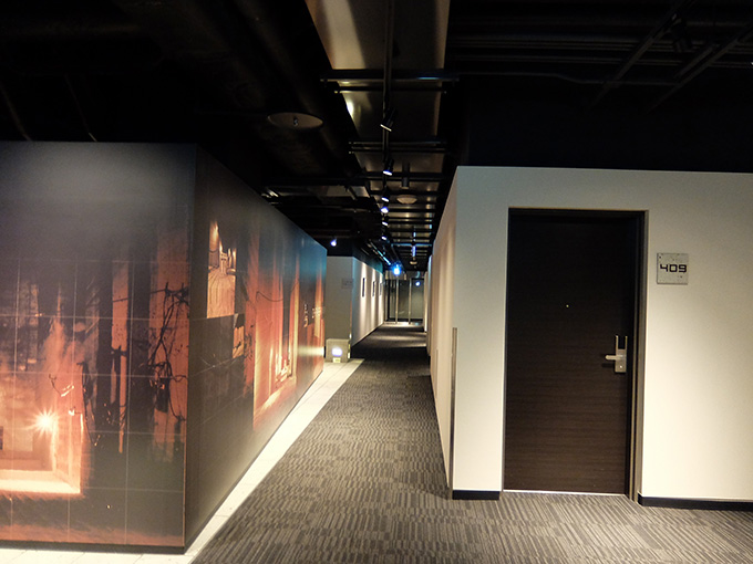 ホテルアール・メッツ宇都宮、フロア中心部と部屋入り口ドアの写真