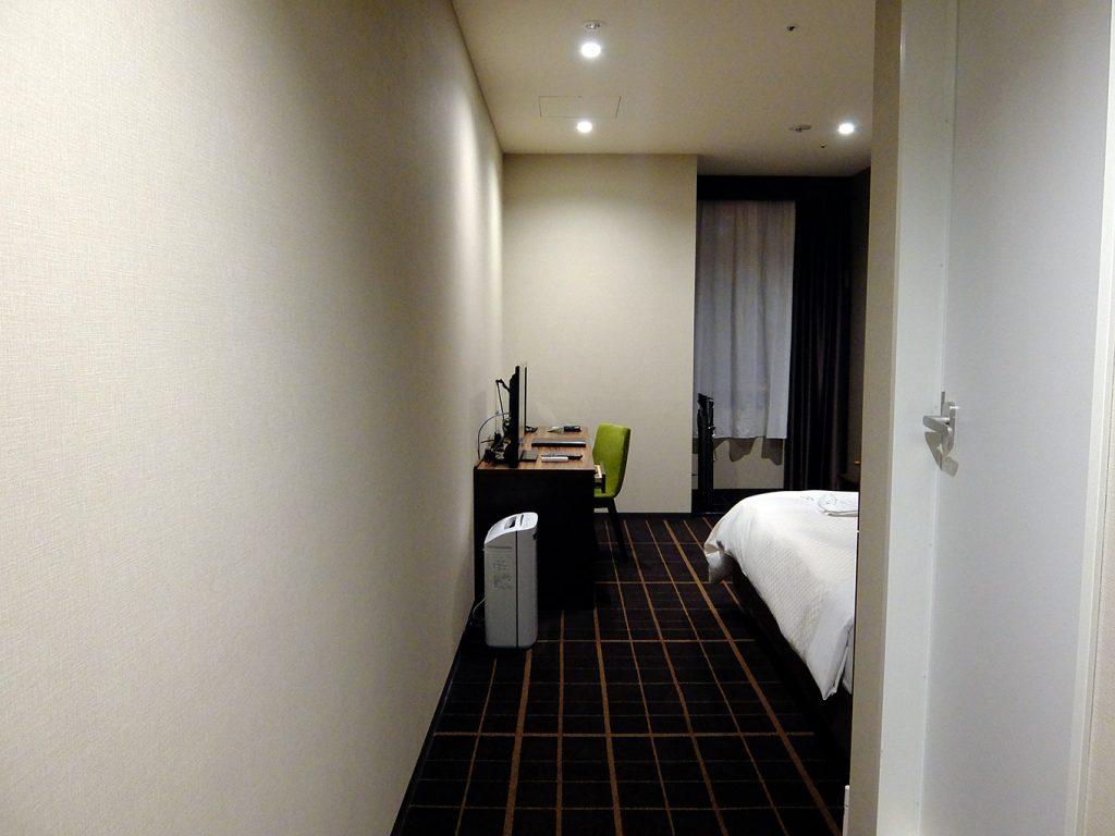 ホテルアール・メッツ宇都宮、シングルルーム入り口から窓側にかけての写真