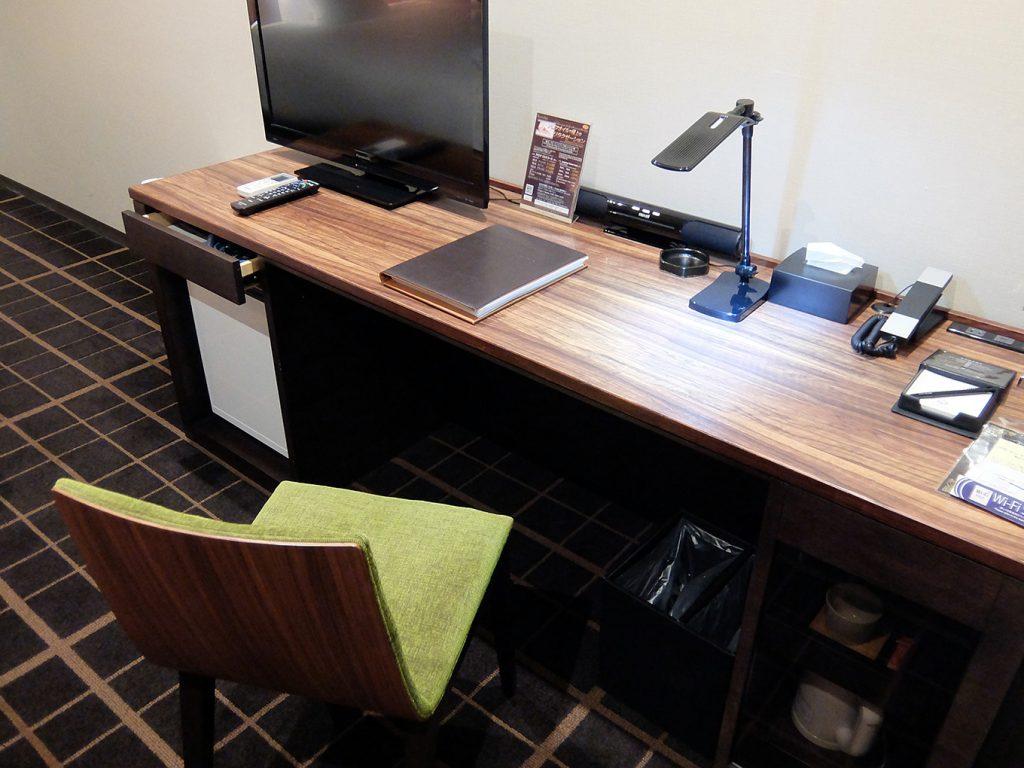 ホテルアール・メッツ宇都宮、シングルルームのデスク写真