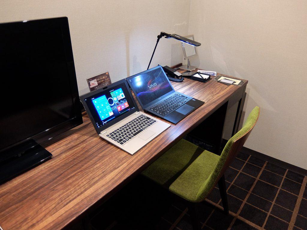 ホテルアール・メッツ宇都宮、デスクにVAIO Pro 13とNEC製11.6型ノート LAVIE Direct HZ(D)を置いた写真
