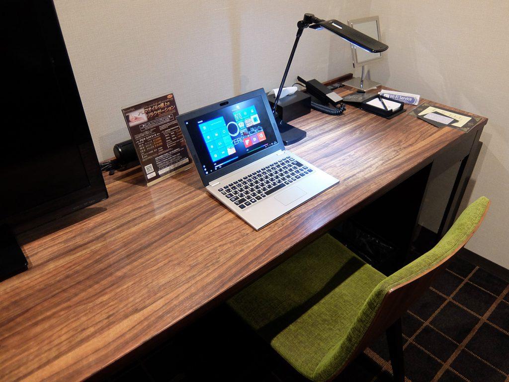 ホテルアール・メッツ宇都宮、シングルルームのデスクに LAVIE Direct HZ(D)11.6型を置いた写真