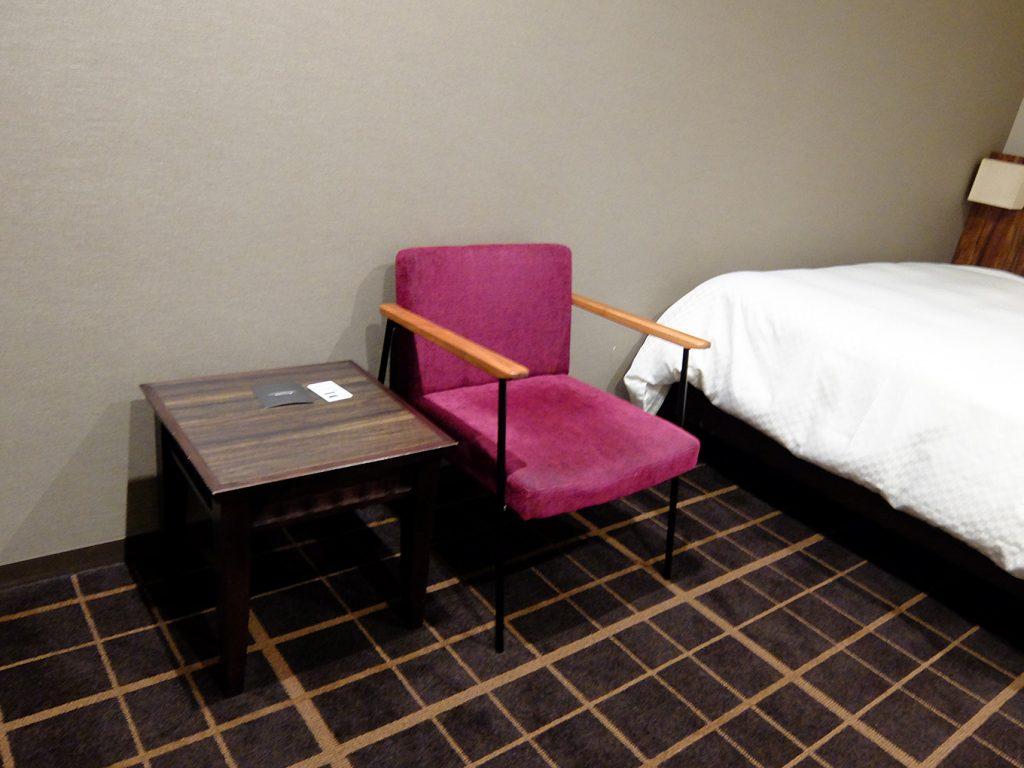 ホテルアール・メッツ宇都宮、シングルルームに置かれたサイドテーブルとチェア