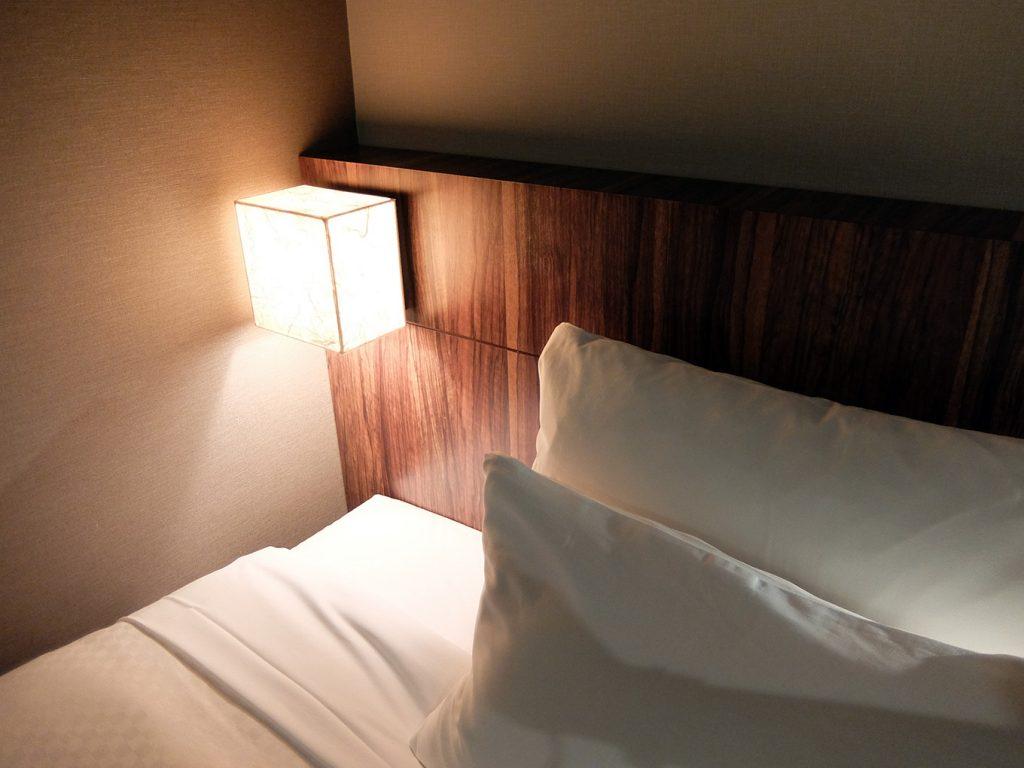 ホテルアール・メッツ宇都宮、ベッドボード電球色の間接照明。
