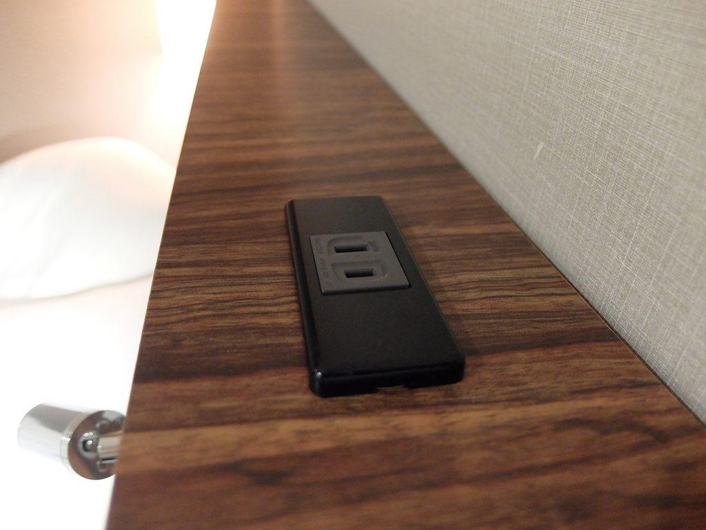 ホテルアール・メッツ宇都宮、ベッドボード上部のコンセント