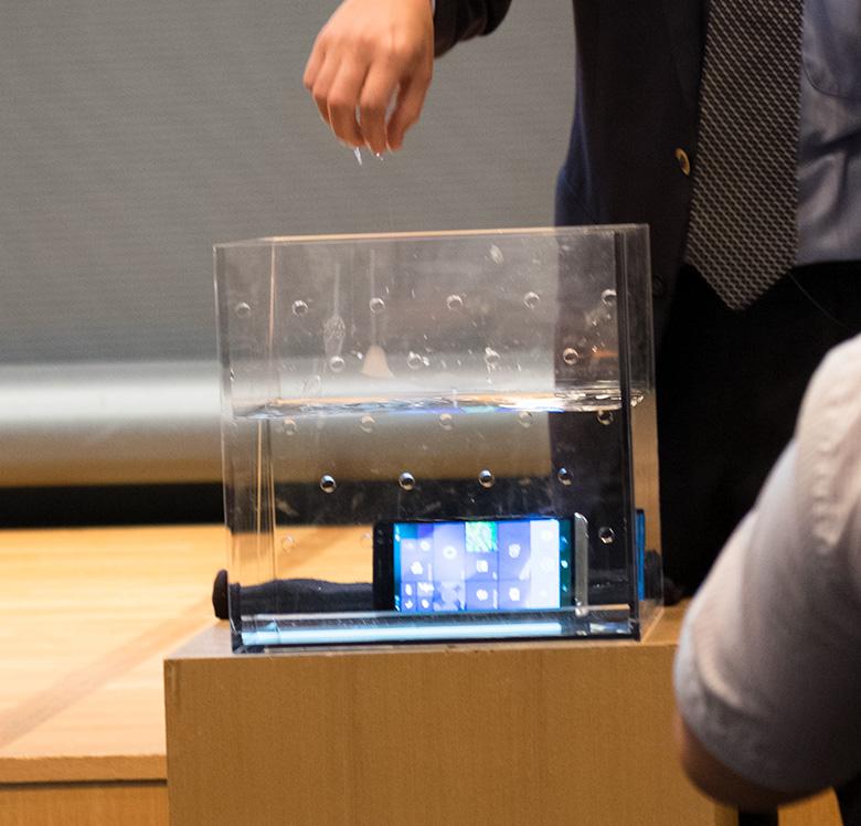 HP Elite x3を水に沈めるテスト