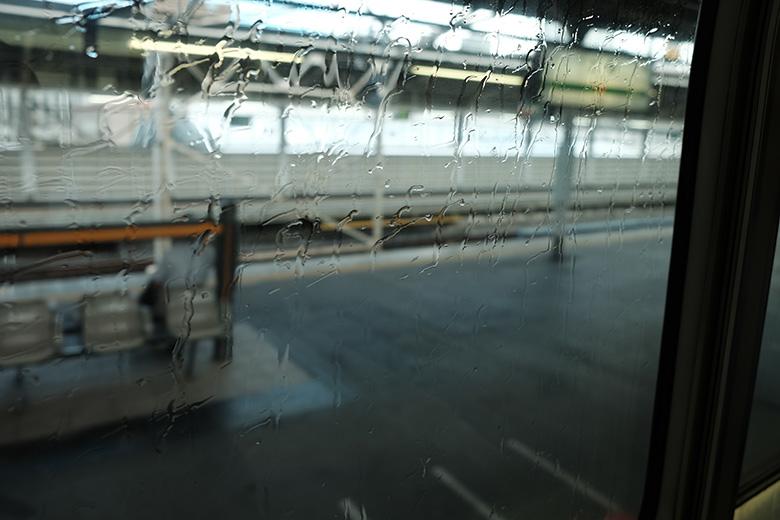 上野東京ライン熱海行き、雨に濡れる車窓