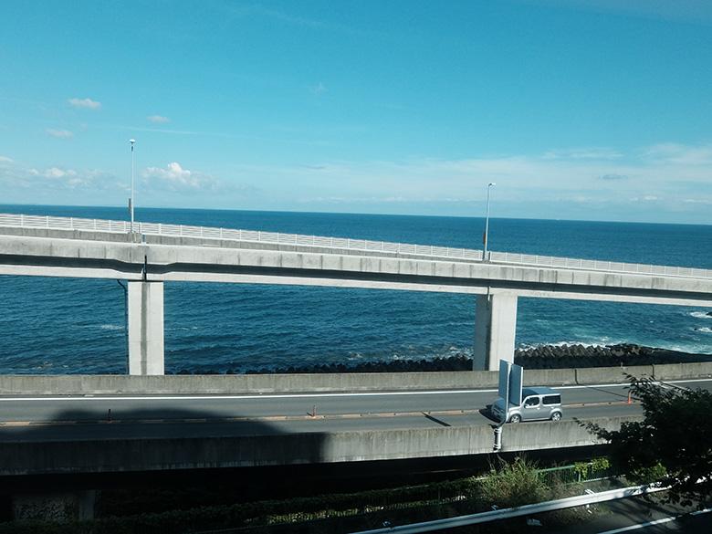 熱海行き電車から見えた海