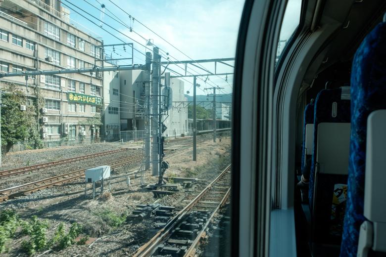 電車内から熱海駅到着直前の風景