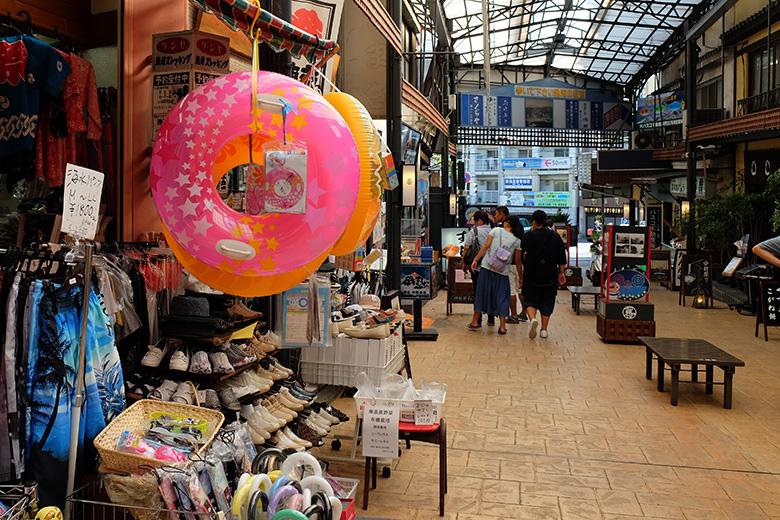 熱海駅前アーケード街で売られていた浮き輪