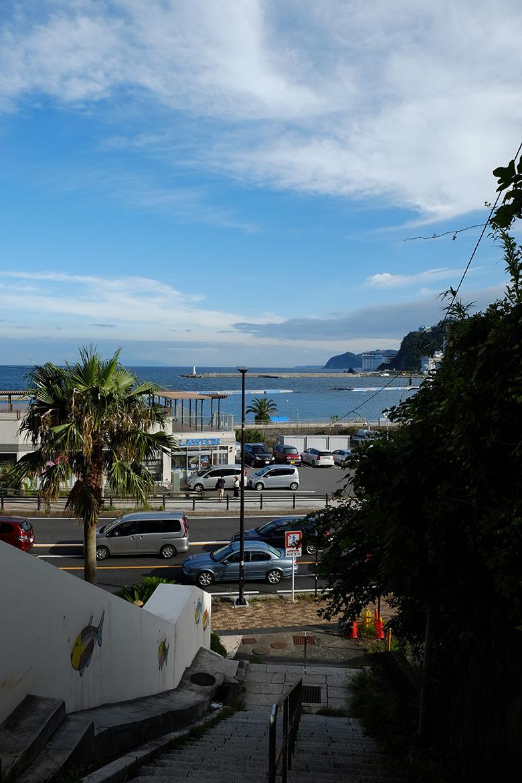 熱海、海岸そばの階段から見た海