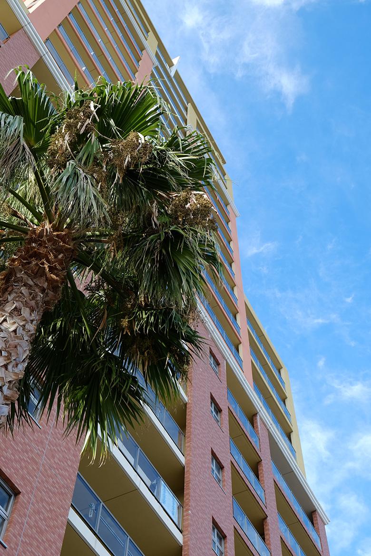 熱海のリゾートマンションと青空