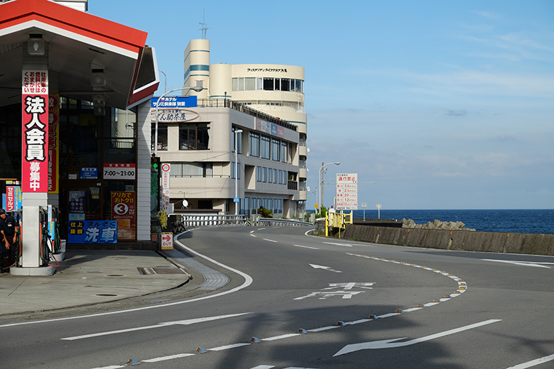 熱海、海岸そばのガソリンスタンド