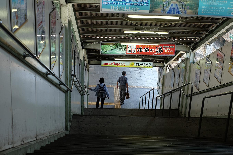 秩父鉄道熊谷駅、ホームへと降りる階段