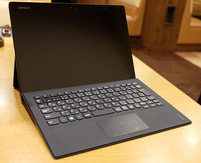 ideapad MIIX 700、キーボードを装着し机の上に置いた画像