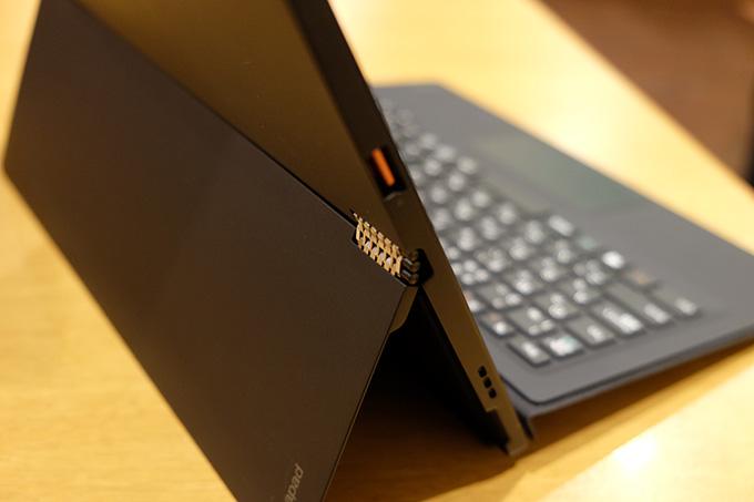 ideapad MIIX 700とフォリオキーボード・ケースを接続し机に設置